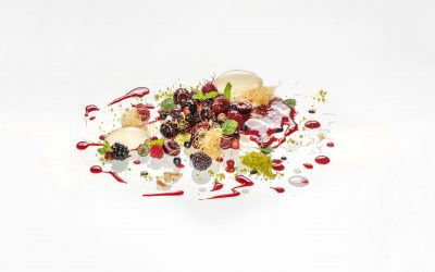 Sezonowe owoce w musie malinowym z ciastem kataifi, lodami z kwaśnej śmietany i limonki