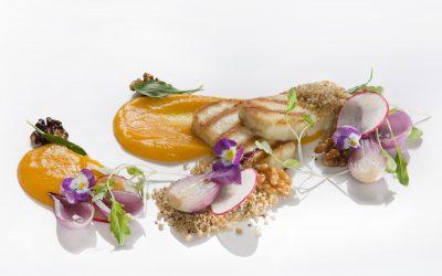 Grillowany ser ślubowski na purée brzoskwiniowym z dodatkiem czerwonej cebuli i orzechowej kruszonki
